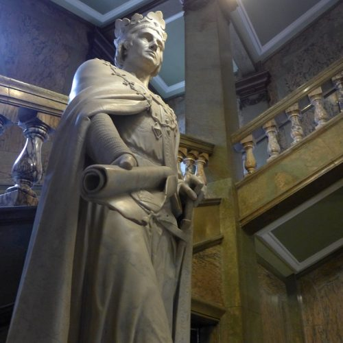 Statue in Guildhall Hull